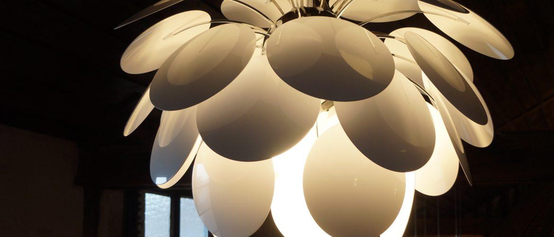 Lichtkonzept Kurtz in der Ausstellung die Pendelleuchte 'Discocó' von Marset