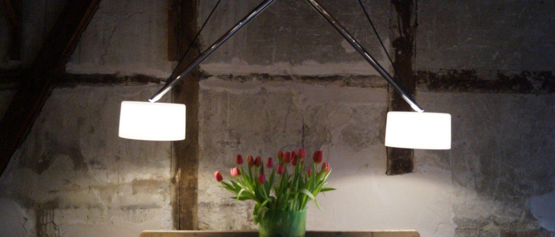 Lichtkonzept Kurtz in der Ausstellung die Pendelleuchte 'twin' von Serien